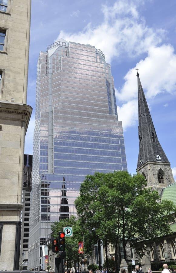 蒙特利尔, 6月27日:大教堂基督教会和游览从蒙特利尔街市的毕马威大厦  库存图片