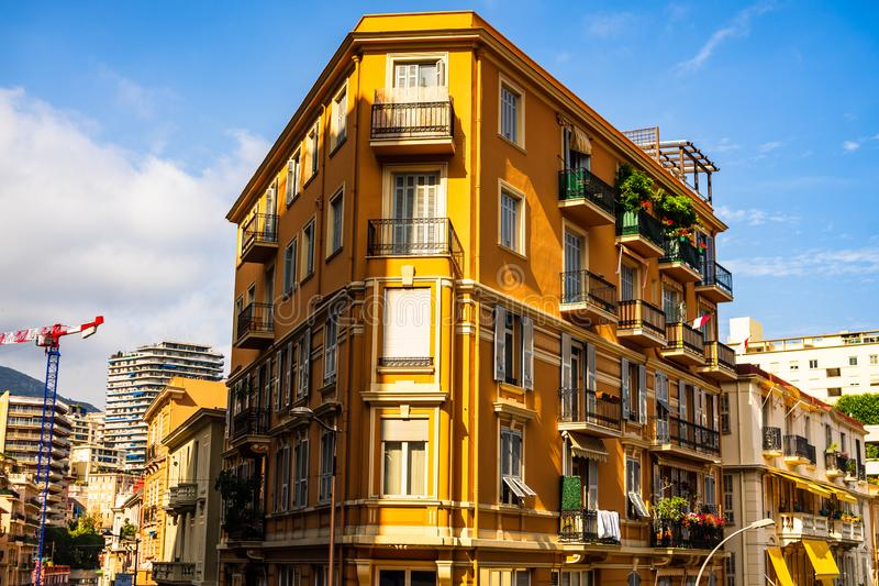 蒙特卡洛,摩纳哥– 2019年 蒙特卡洛市全景有五颜六色的房子的 库存照片