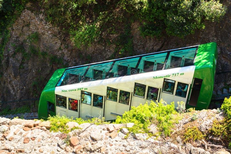 蒙特塞拉特单轨铁路火车在一个美好的夏日,卡塔龙尼亚,西班牙 库存图片