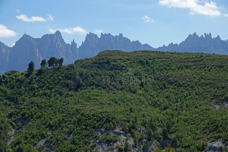 蒙特塞拉特在巴塞罗那附近看了从曼雷萨的山脉在西班牙 库存照片