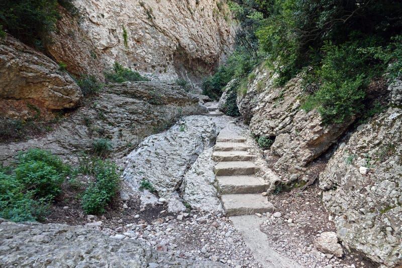 蒙特塞拉特山在巴塞罗那附近的道路步在西班牙 免版税库存照片