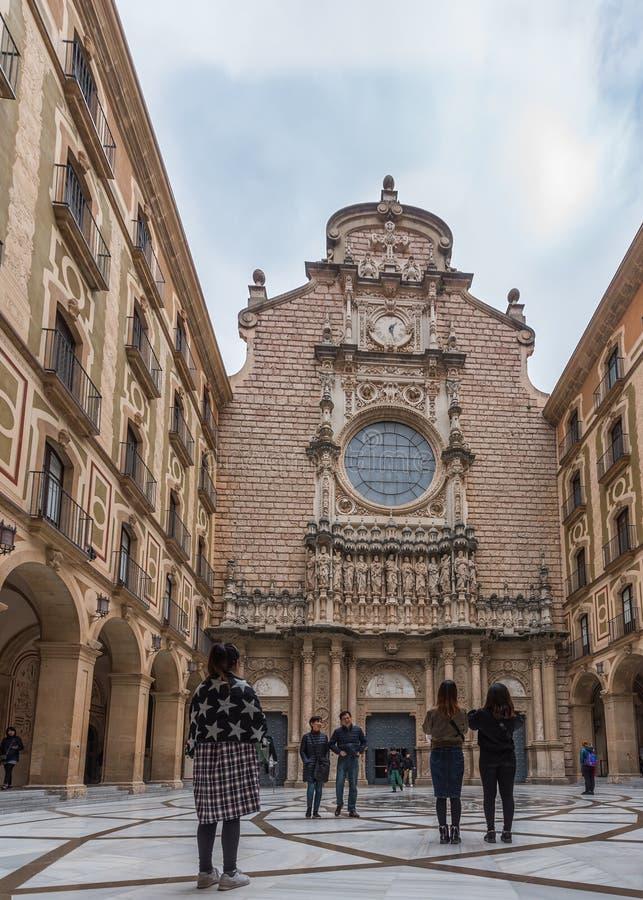 蒙特塞拉特,西班牙- 2019年2月20日:蒙特塞拉特,加泰罗尼亚大教堂的门面  ?? 库存照片