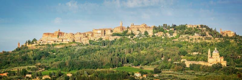 蒙特普齐亚诺,托斯卡纳意大利中世纪村庄的全景  免版税库存照片