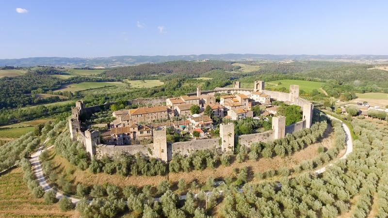 蒙特里久尼,托斯卡纳Beautiul鸟瞰图中世纪镇 免版税库存照片