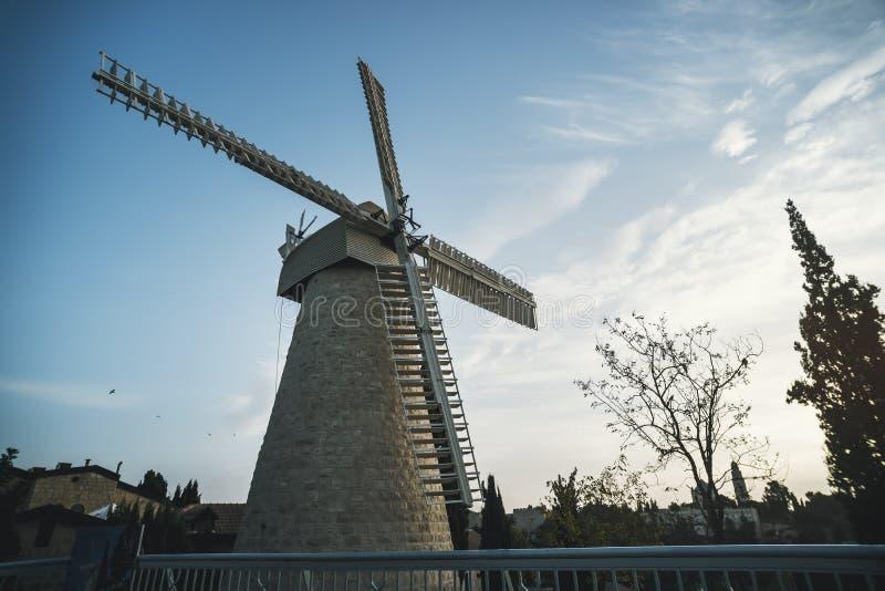 蒙蒂菲奥里风车旅游胜地在Yemin穆西耶路撒冷邻里下午 免版税库存图片