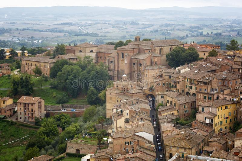 蒙达奇诺中世纪镇的看法  r 免版税库存图片