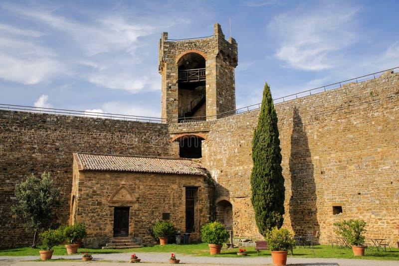 蒙达奇诺堡垒庭院在Val d ` Orcia,托斯卡纳,意大利 库存照片