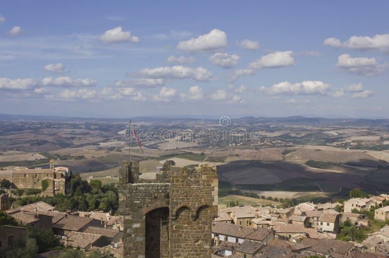 蒙达奇诺市看法从它的城堡的和托斯卡纳风景 免版税库存图片