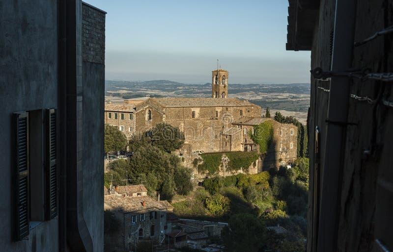 蒙达奇诺, TUSCANY/ITALY :2016年10月31日:蒙达奇诺市美丽的狭窄的街道有堡垒视图 库存照片