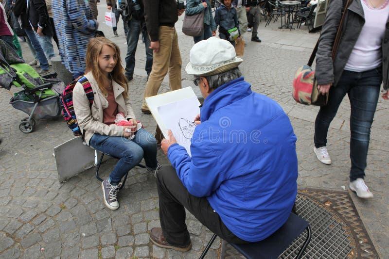 蒙马特小山的公开画家在巴黎 免版税库存照片