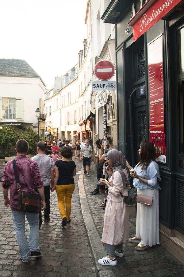 蒙马特的人们在巴黎 免版税库存图片