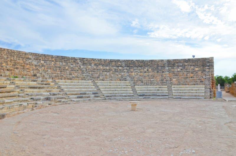 蒜味咸腊肠古老剧院保存良好的废墟在法马古斯塔,北赛普勒斯土耳其共和国附近的 免版税库存照片