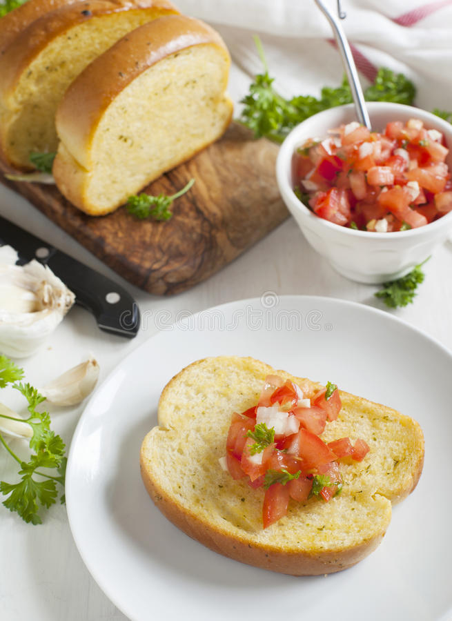 蒜味面包冠上了用蕃茄、大蒜和草本 库存图片