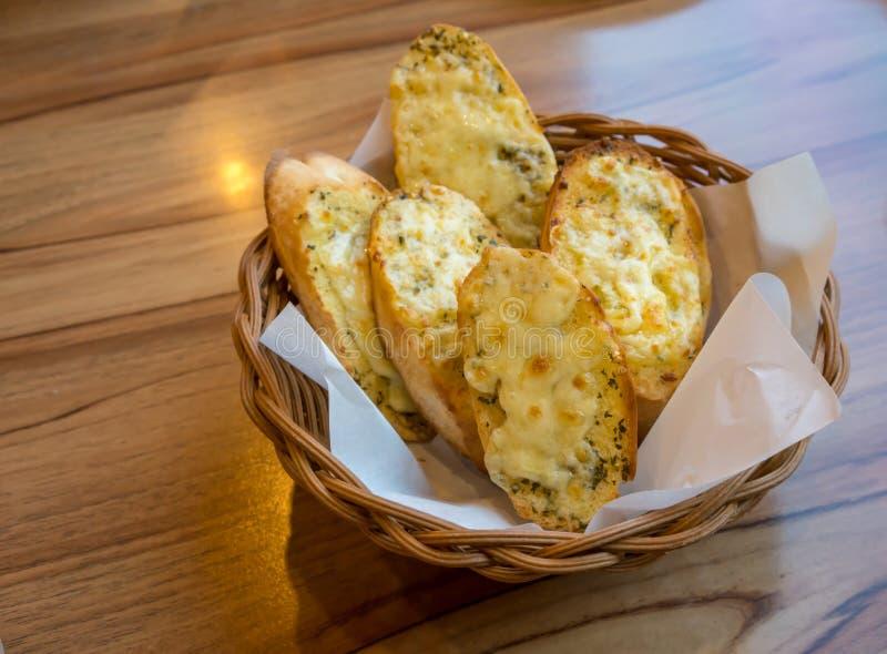 蒜味面包和草本用乳酪在篮子 免版税库存图片