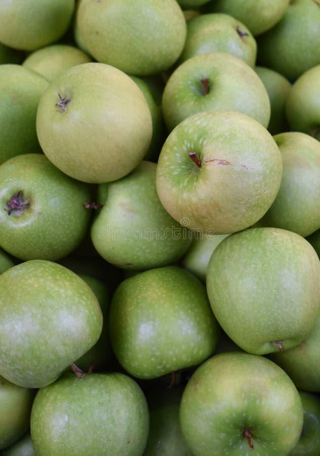 蒲式耳新鲜的摘的绿色苹果在农夫市场上 免版税库存图片