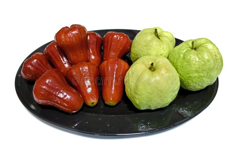 蒲桃和番石榴果子在被隔绝的盘 免版税图库摄影