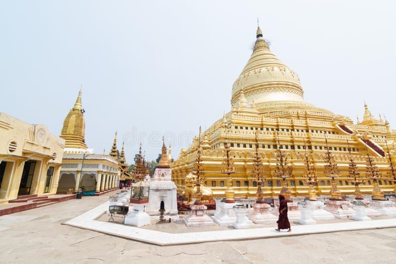 蒲甘,缅甸- 2019年3月:走在Shwezigon Paya金黄寺庙旁边的和尚 免版税库存图片