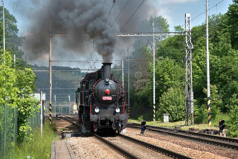 蒸汽机车离开驻地 浓烟从烟囱上升 库存照片