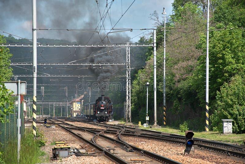 蒸汽机车离开驻地 浓烟从烟囱上升 免版税图库摄影