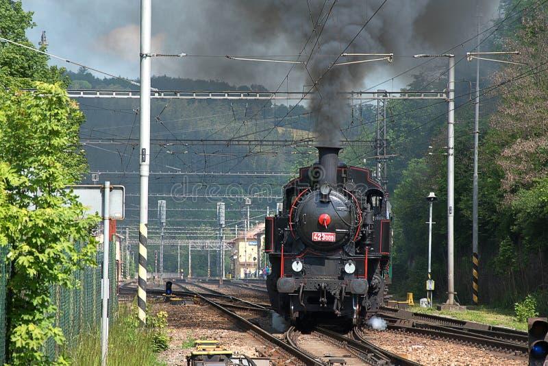 蒸汽机车离开驻地 浓烟从烟囱上升 免版税库存照片