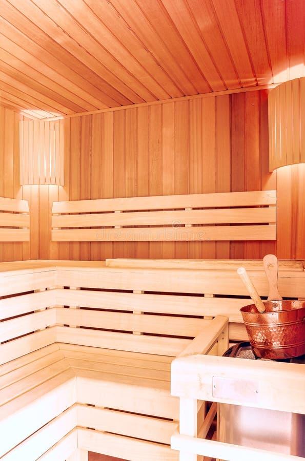 蒸汽浴室 与铜桶的木蒸汽浴内部 巴恩acces 免版税库存图片