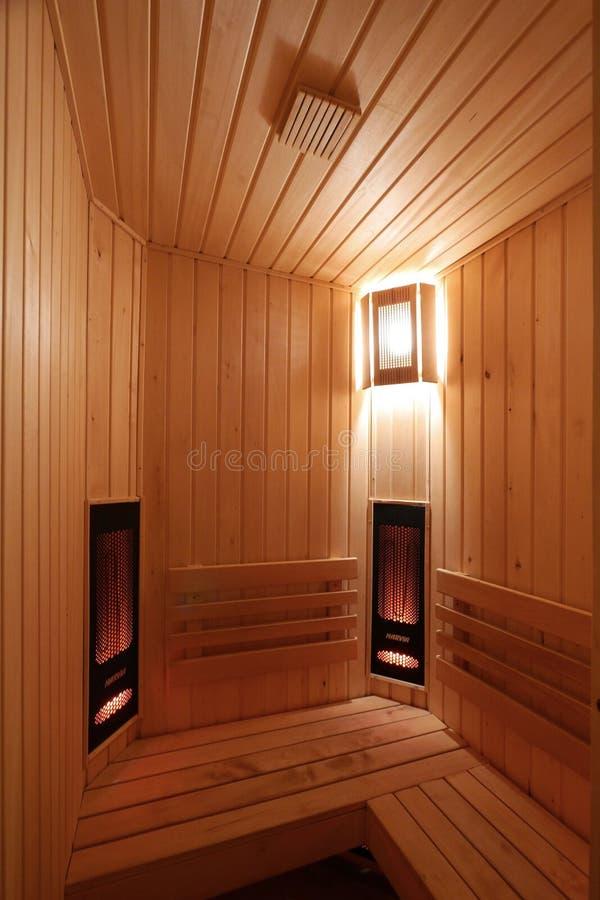 蒸汽浴的一间屋子标示用与壁灯的柔光的木头 库存照片