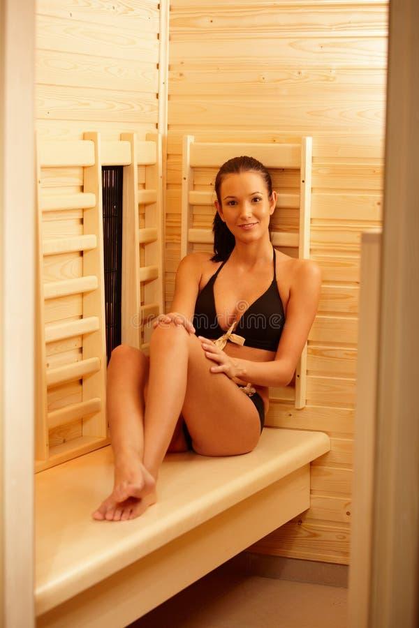 蒸汽浴的俏丽的妇女 免版税库存照片