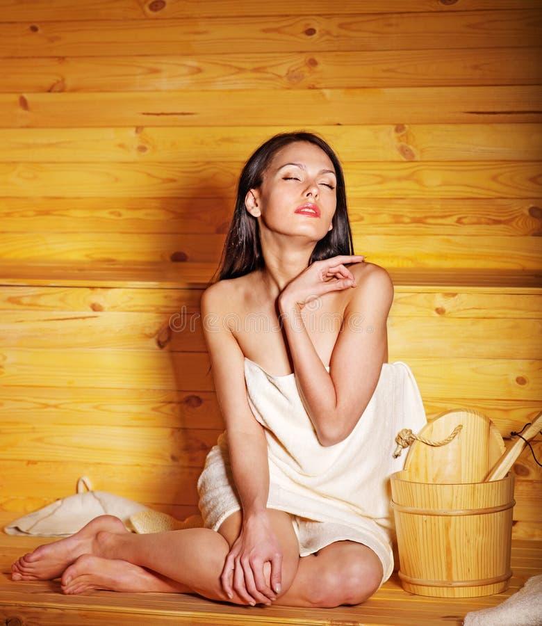 蒸汽浴的女孩。 免版税库存图片