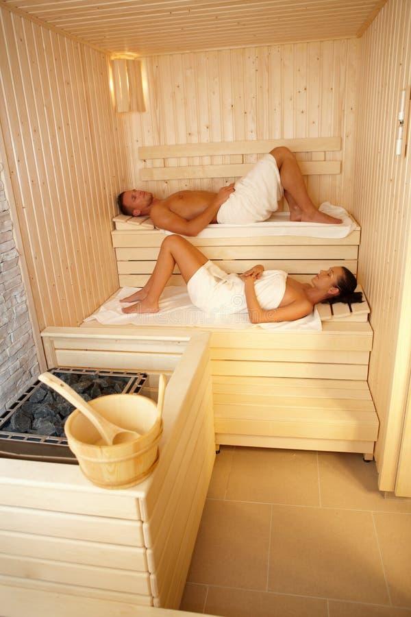 蒸汽浴的男人和妇女 免版税图库摄影