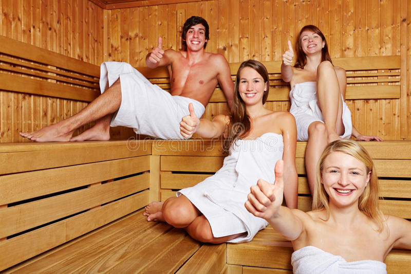 蒸汽浴藏品略图的四个人 库存图片