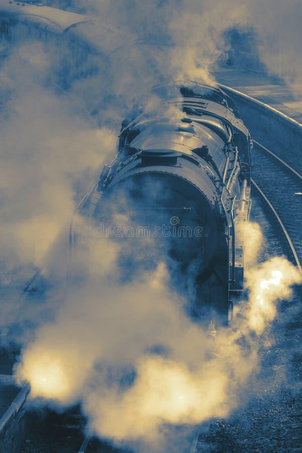 蒸汽火车的抽象图象在轨道的 库存照片