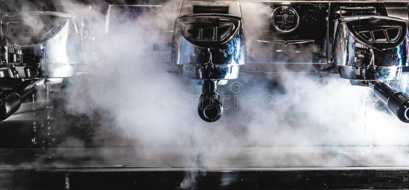 蒸汽煮浓咖啡器做准备 图库摄影