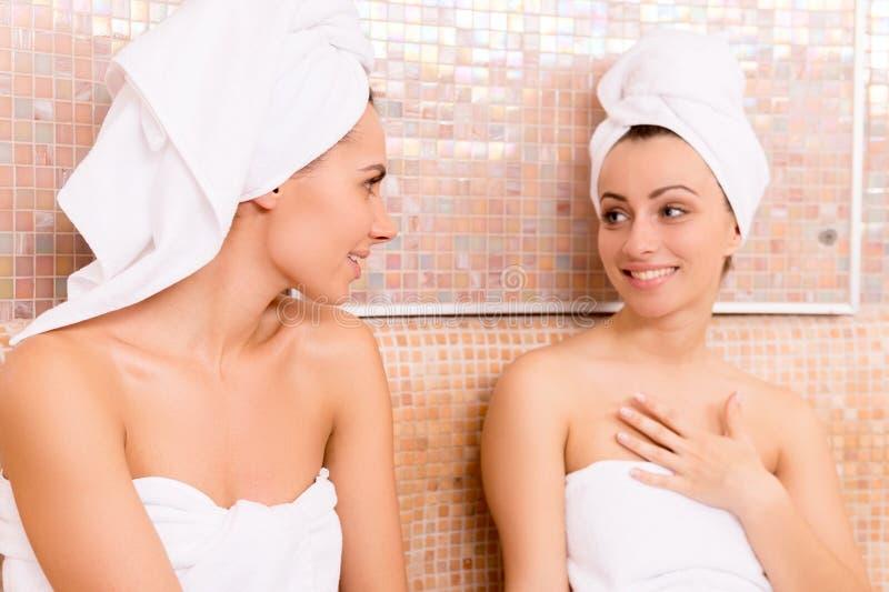 蒸汽浴的妇女。 库存图片