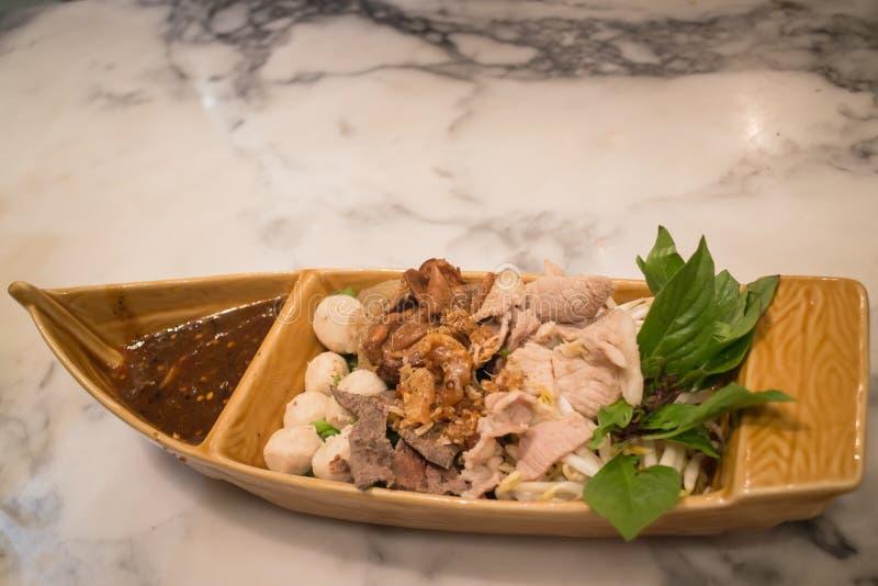 蒸用辣调味汁的传统泰国混合猪肉 库存照片