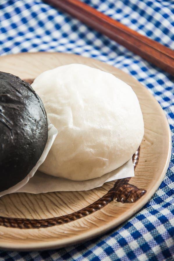 蒸的小圆面包和甜乳脂状的材料 库存图片