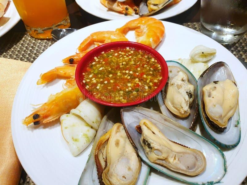 蒸的淡菜顶视图烹调了牛排、甜虾和烤乌贼与辣辣酱 图库摄影