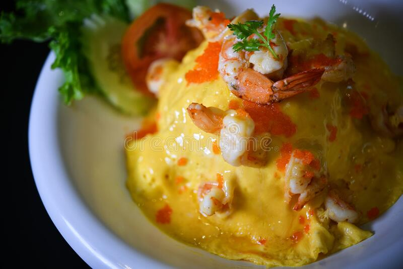蒸饭与虾的乳油煎蛋卷 免版税图库摄影
