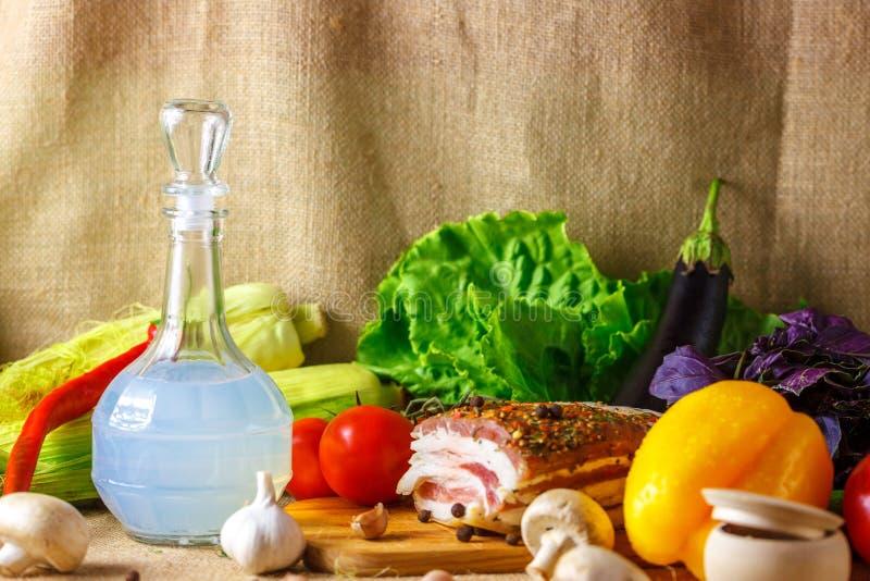 蒸馏瓶伏特加酒和泡菜Salo是一幅美丽的静物画 库存照片