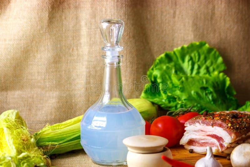 蒸馏瓶伏特加酒和泡菜Salo是一幅美丽的静物画 免版税图库摄影