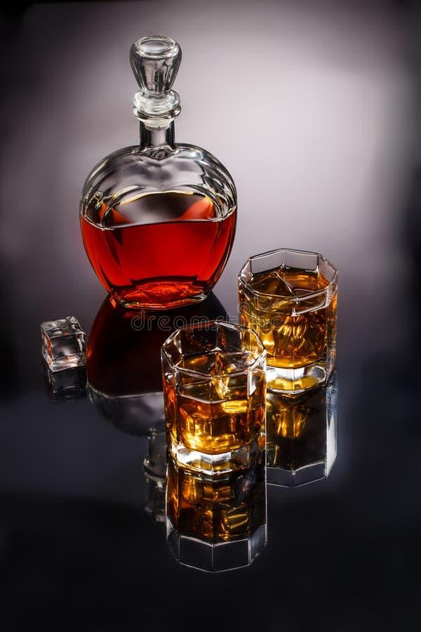 蒸馏瓶和两块玻璃用威士忌酒和冰 库存图片