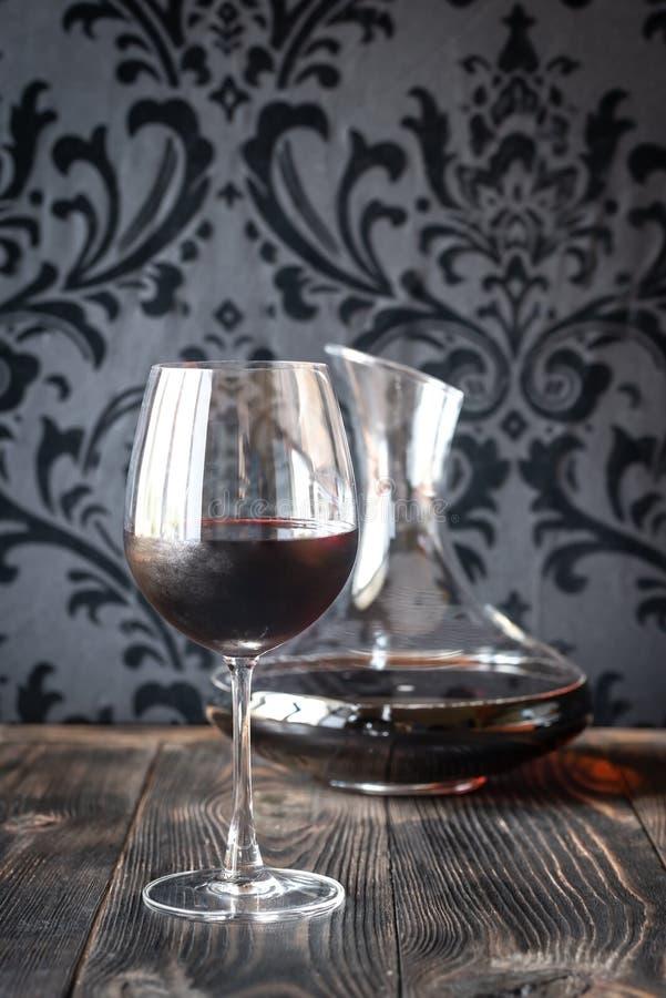蒸馏瓶和玻璃用红葡萄酒 库存图片