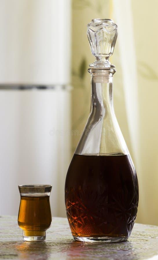 蒸馏瓶白兰地酒和玻璃 免版税库存照片