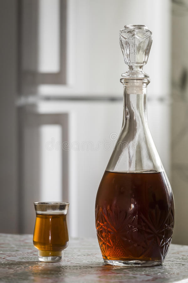 蒸馏瓶白兰地酒和玻璃 图库摄影