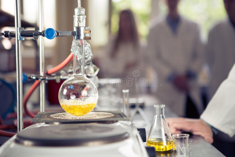 蒸馏的实验室设备 分离组分物质从与蒸发和结露的混合液体 我 免版税库存照片