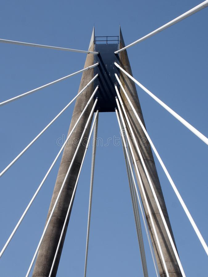 蓝夏天南港默西塞德海路悬索桥的塔楼和电缆景观 库存图片