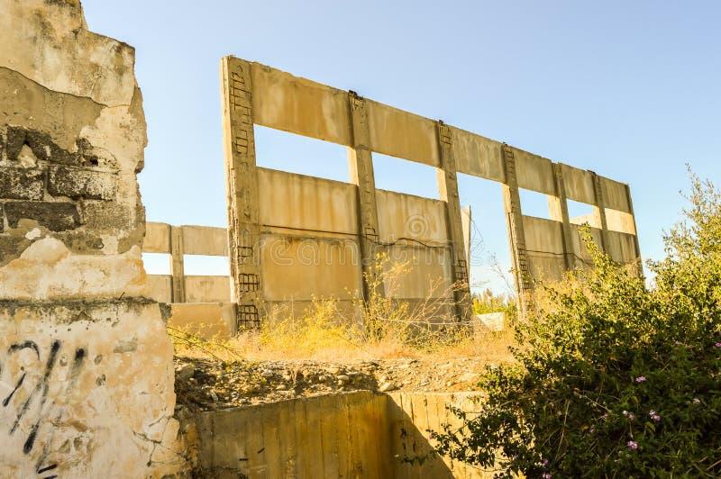 蓝天下废弃的工厂立面 免版税库存图片