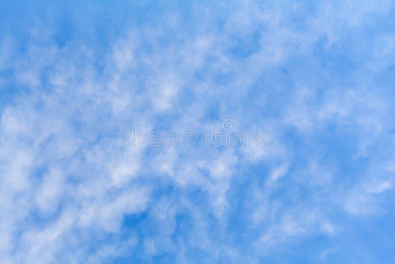 蓝天与云彩的背景纹理 免版税库存图片