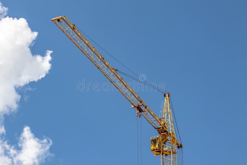 蓝天与云的施工吊车 免版税库存照片