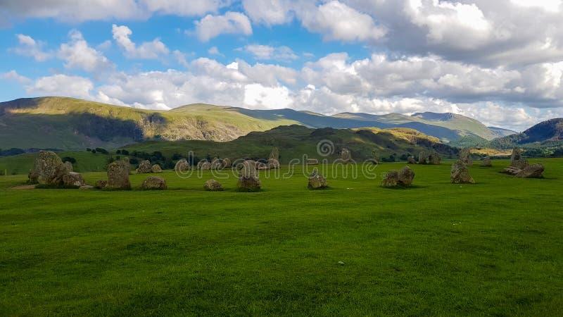 蓝天云下的英国卡斯勒里格石圈 库存图片