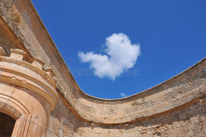 蓝天和一个历史大厦 免版税图库摄影